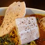 41CURRY - 低温調理の鶏肉と豚肉