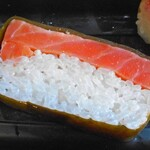 米吾 吾左衛門鮓 - 昆布を巻いたマス寿司