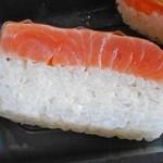 米吾 吾左衛門鮓 - 白板昆布を巻いたマス寿司