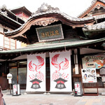 谷本蒲鉾店 - 改修中の道後温泉本館、出入口は北側にありました。