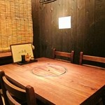 田はら - 2Fのテーブル席、すだれで仕切られる疑似プライベート空間になります。