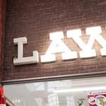 谷本蒲鉾店 - LAWSON看板にあるツバメの巣