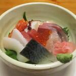 123292567 - 海鮮丼 1,400円(税別):新鮮な魚介が使用されています。     2020.01.09