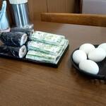 泉善 - 卓上には、巻き寿司に押しずしかな?あと茹で玉子がスタンバイされてました