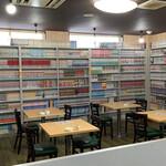 コミックレストラン ヒビキ - おびただしい量のコミック群(店奥)