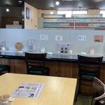 コミックレストラン ヒビキ - 店内。各所にピッチャーが置かれてます。