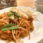 サワディー - 土曜日もランチあり パッタイ950円 食器が給食っぽくて一瞬怯んだものの、味は意外(失礼)と美味しい。もやしも新鮮。熱々のスープは日本人用に考えているのでしょう。やっぱり熱々が美味しいと感じます。