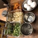 オンザカレー - 提供されたトッピング。生卵も無料