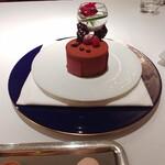123311893 - お祝いのラズベリーチョコレートケーキ