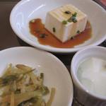 12332498 - 更にランチの麺類にはもれなく小鉢・漬物・デザートのミニ杏仁豆腐も付いてます。