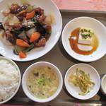 12332510 - 酢豚定食700円。小鉢は冷奴。ご飯・かき玉スープ・漬物・デザート付きです。