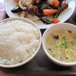 点心楼 台北 - 定食のご飯とスープのお替わりは自由です。ちなみにご飯は最初から大盛りサイズでした。