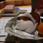 浅草一文 - 干支のねずみの形にかたどられた大根