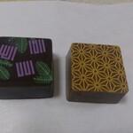 ショコラティエ川路 - 左側が柚子&日本酒、右側がほうじ茶。中は生チョコレートになっている。