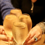 餃子とスパークリング バブルス - こぼれスパークリングで乾杯♪