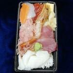 123359131 - おまかせ丼(大盛900円)丼だと立派に見える海鮮丼も箱だと普通に見えます(^^;