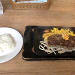 レストラン せんごく - ステーキハンバーグ200gのセット。これにスープが付いて1,900円