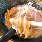 川出拉麺店 - 麺箸上げ