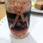 ローズベーカリー 銀座 - ヒマラヤ岩塩は、パンにかけても美味