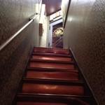 中級ユーラシア料理店 元祖 日の丸軒 - 狭い階段をのぼるとお店です。