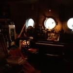 中級ユーラシア料理店 元祖 日の丸軒 - 暗いがいろいろな装飾品がある店内
