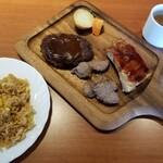 CAFE and GRILL HIPA HIPA - 肉、ピラフ、スープ。