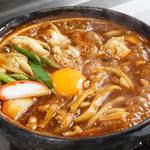 山本屋 - 玉子をふたに取り、すき焼き風に食べ、そののちご飯を出汁に入れて雑炊にすると2度おいしい。