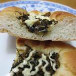 ベッカライ0044 - 断面です。生地は一般的なパンのもの。