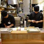秋田比内地鶏生産責任者の店 本家あべや - 店頭:比内地鶏を一羽一羽店内で捌いている