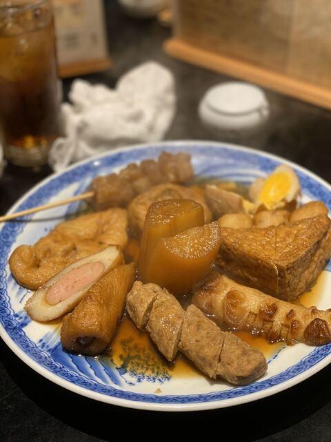 お多幸 新宿店 - 大根、玉子、鶏つくね、焼ちくわ、厚揚げ、牛すじ、さつま揚げ、だんご串、ウィンナー巻き