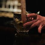 バー サード コルク - カイピャリーニャ:ライムと柚子を潰してます