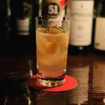 バー サード コルク - 炙りローズマリー入り金柑ジントニック