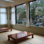 レストラン&喫茶 みのり - 内観写真:休憩室。外にプールあり。池もあり。