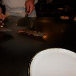 六本木モンシェルトントン -  車海老を鉄板で調理している様子です。