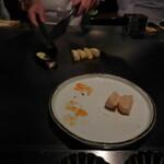 六本木モンシェルトントン -  帆立貝の鉄板焼と、鉄板で調理している新じゃが芋、茄子です。