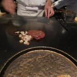 六本木モンシェルトントン -  特選サーロインと、その脂身を鉄板で調理している様子・その2です。