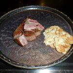 六本木モンシェルトントン -  調理の終わった特選サーロインの鉄板焼と、ガーリックチップです。