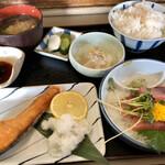 とらや - 料理写真:焼魚か煮魚に悩んだ結果、焼き鮭を選択。その相方はやっぱりマグロ刺身!やっぱり美味い!