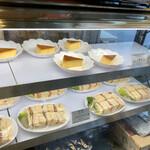 茶房 絵李花 - 入ってすぐのショーケースにケーキ&サンドイッチ