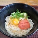 うどん研究所 麺喰道 - めんたい醤油。生玉子は早割のサービス。