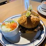123469330 - ケイジャンチキンバーガー(カットで注文すると食べやすくライムも2個ついてくるので〇)