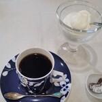 利久梅心庵 - 珈琲。香り高く、美味しいです。生クリームとお菓子がついてきました。