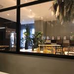 カフェズ キッチン オン ザ テーブル - 店内から見えるエントランスホール