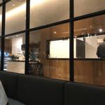 カフェズ キッチン オン ザ テーブル - キッチンがちらりと見えます。