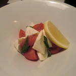 三田獅子丸 - トマトとモッツァレラのサラダ