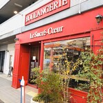 123495834 - 地元では「赤いパン屋さん」と呼ばれて親しまれています。