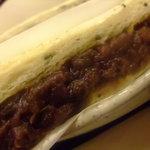 カフェ ジャンシアーヌ - ホテルブレッドのゴマ入り食パンに小倉がサンド。