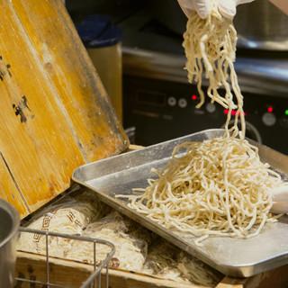 """テレビにも引っ張りだこの製麺所""""浅草開化楼""""のもちもち特注麺"""