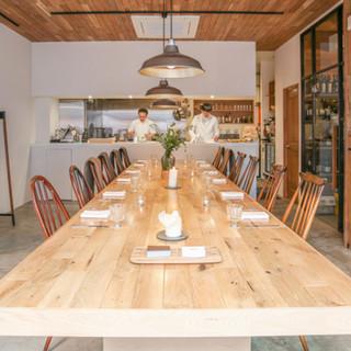 大きなダイニングテーブルを囲うスタイルは貸切利用に最適