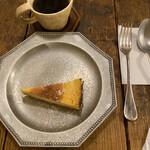roti cafe - チーズタルトとコーヒー